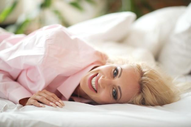 Женщина в розовой рубашке
