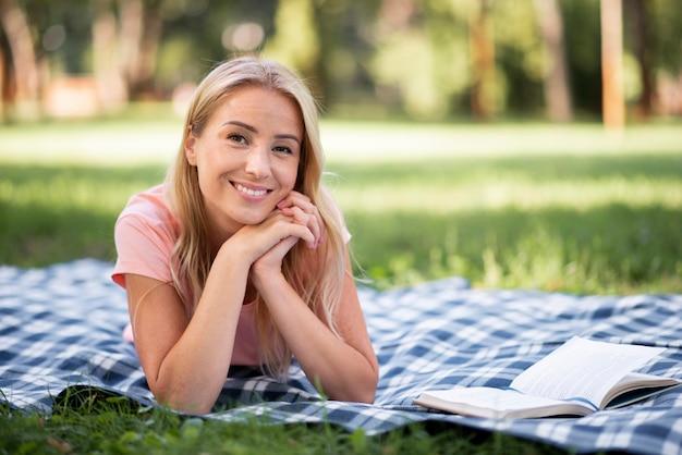 Женщина в розовой футболке улыбается вид спереди