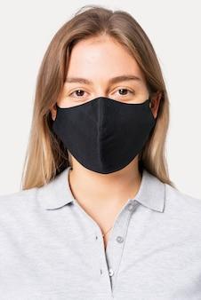 폴로 셔츠를 입은 여성과 새로운 정상의 얼굴 마스크