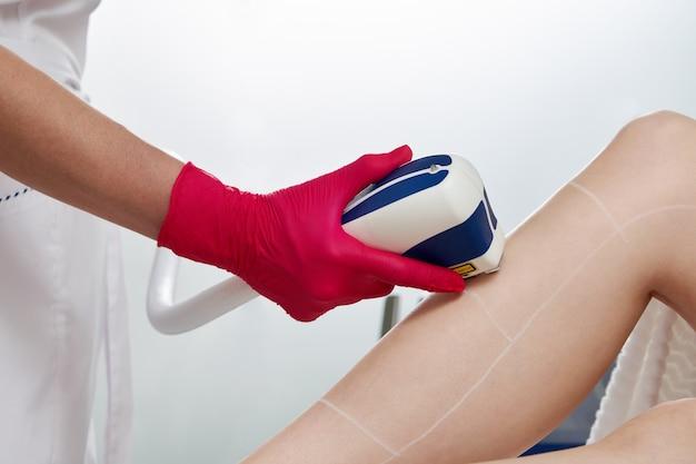Женщина в профессиональной клинике красоты во время лазерной эпиляции