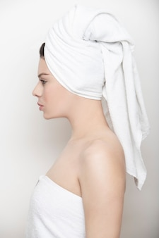 白いタオルで横顔の女性