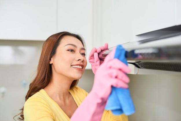 보호 장갑을 끼고 걸레로 주방을 청소하는 여성, 실내