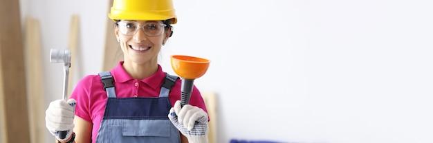 Женщина в защитном шлеме, держащая поршень и гаечный ключ