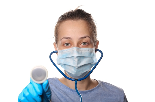 보호 마스크에 여자, 장갑 보유 청진 기 흰색 절연