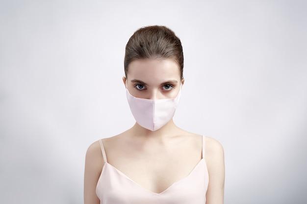 Женщина в защитной маске на белом фоне