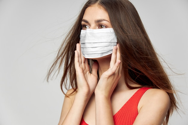 防護マスクのポーズの女性