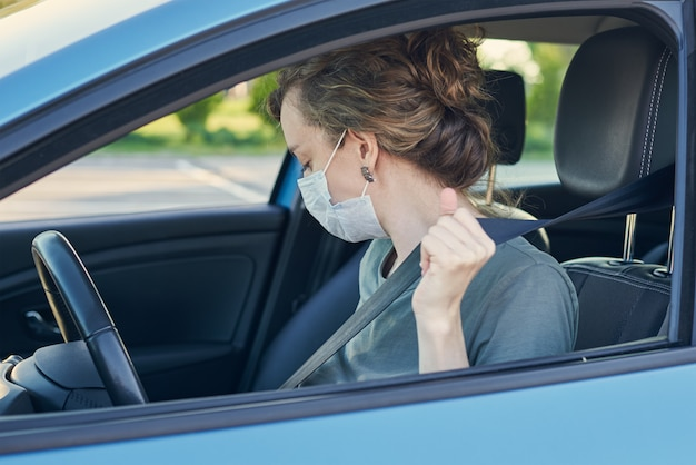 車の中で防護マスクの女