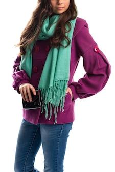 보라색 코트에 여자입니다. 청록색 스카프와 검은색 지갑. 트렌디한 겉옷과 새로운 액세서리. 옷가게 광고.
