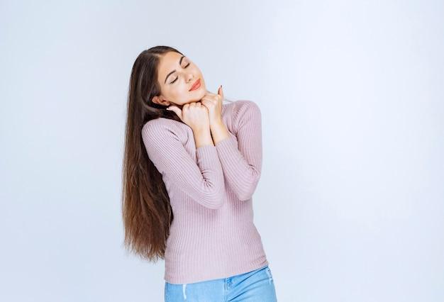 Женщина в фиолетовой рубашке дает расслабленные и привлекательные позы.