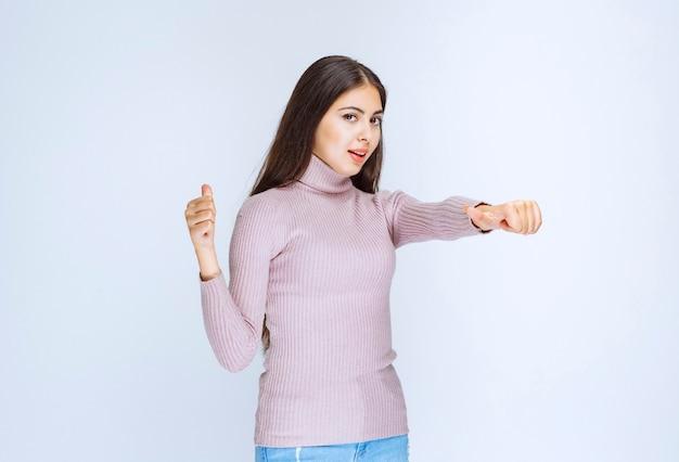 Женщина в фиолетовой рубашке показывает что-то выше.