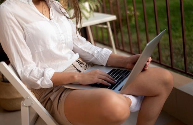 Женщина в карантине работает на ноутбуке