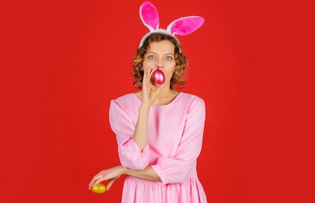 컬러 계란 토끼 토끼 귀에 여자입니다. 부활절 달걀 사냥. 봄 휴가.