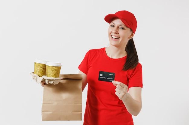 Женщина в красной кепке, футболке, давая заказ фаст-фуда, изолированные на белом фоне. женский курьер, держащий кредитную карту, бумажный пакет с едой, кофе. доставка товаров из магазина или ресторана на дом.