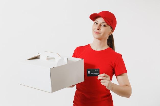 빨간 모자를 쓴 여자, 흰색 배경에 격리된 음식 주문 케이크 상자를 주는 티셔츠. 표시가 없는 판지 상자, 신용 카드에 디저트를 들고 있는 여성 택배. 배달 서비스 개념입니다. 패키지를 받고 있습니다.