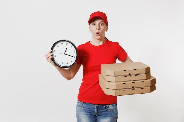 赤い帽子の女性、白い背景で隔離の食品注文ピザボックスを与えるtシャツ。段ボールのフラットボックスで24時間、イタリアのピザを保持している女性のピザ屋の宅配便のディーラー。配送サービスのコンセプト。