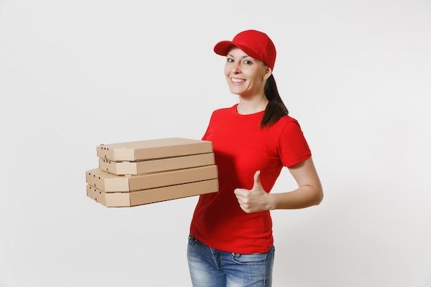 빨간 모자를 쓴 여성, 흰색 배경에 격리된 음식 주문 피자 상자를 주는 티셔츠. 골판지 플랫박스에 이탈리아 피자를 들고 택배나 딜러로 일하는 여성 피자맨. 배달 서비스 개념입니다.