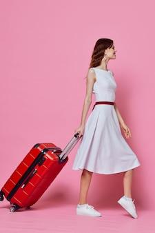 赤いドレスの装飾のエレガントなスタイルの女性のポーズの夜