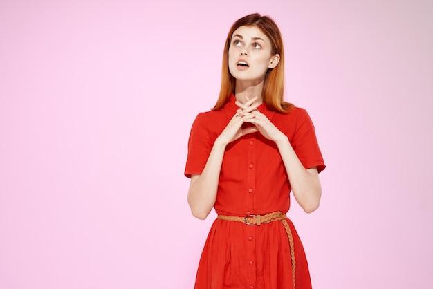 赤いドレスグラマーファッションスタジオピンクの背景の女性