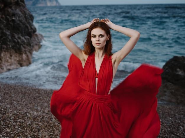 절벽 바다 포즈 패션 근처 빨간 드레스에 여자
