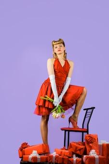 크리스마스 새 해 발렌타인 데이 생일 선물을 핀 복고풍 헤어스타일으로 빨간 드레스에 여자