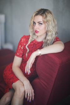 赤いドレスの女