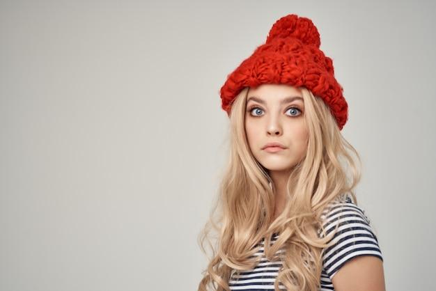 赤い帽子の金髪のファッションスタイルの赤いスカートの女性