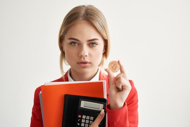 赤いジャケットの女性暗号通貨ビジネスファイナンステクノロジー