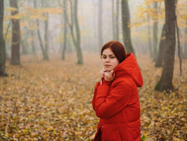 가 숲 안개 자연 신선한 공기에 빨간 재킷에 여자