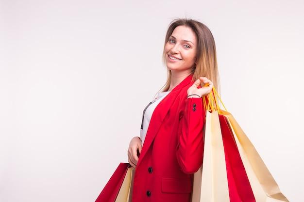 그녀의 뒷면에 쇼핑백과 빨간 재킷에 여자