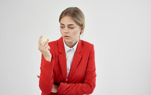 Женщина в красной куртке, теперь у вас есть криптовалюта, биткойн, финансы электронной коммерции.