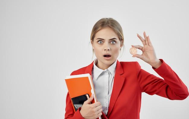 赤いジャケットを着た女性は、暗号通貨ビットコインのeコマースを利用できます。