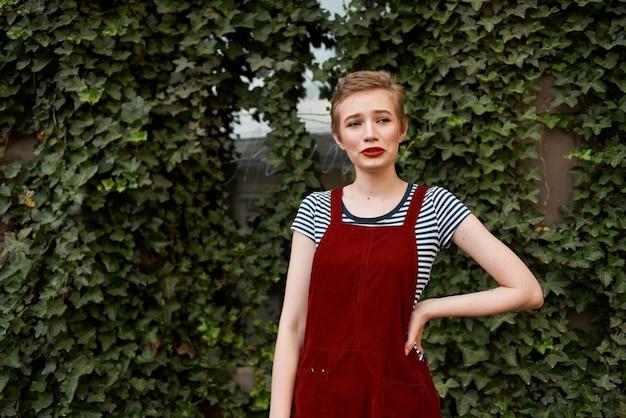 ライフスタイルの夏に基づいて赤いジャンプスーツの女性