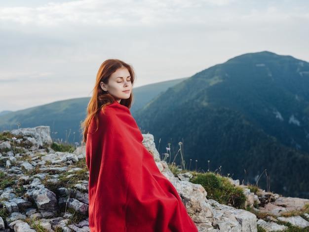 산 풍경 자연 라이프 스타일에 붉은 격자 무늬의 여자