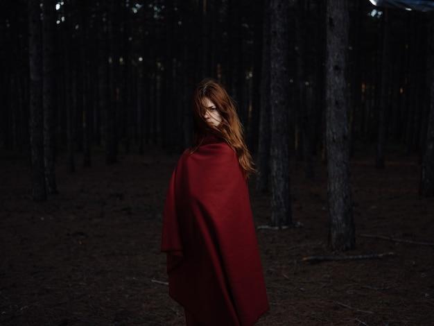 森の自然の中の赤い格子縞の女性は新鮮な空気を旅します