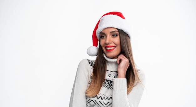Женщина в красной шляпе санта на белом