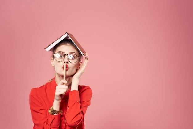 赤いシャツの女性秘書プロのオフィスライフスタイル