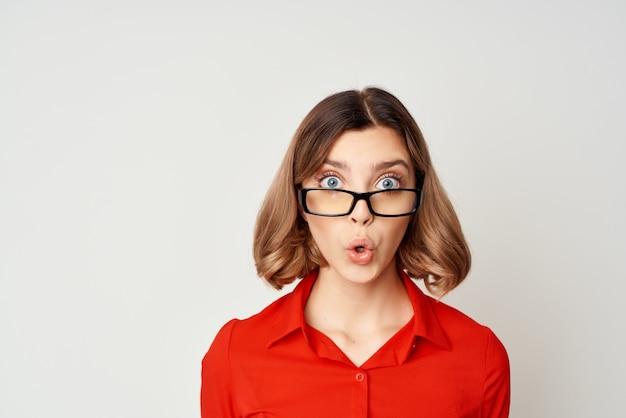 赤いシャツの仕事のオフィスマネージャーの女性