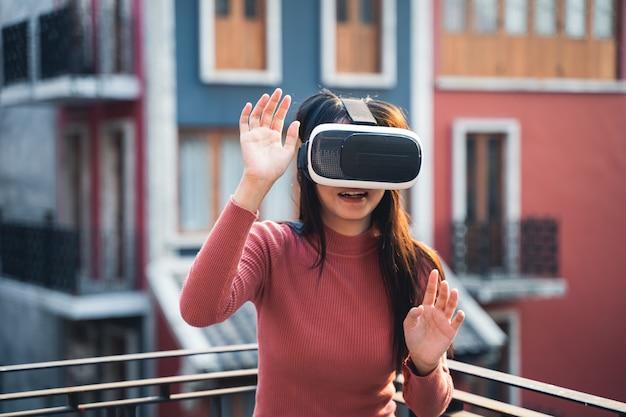 Женщина в красных рубашках с гарнитурой виртуальной реальности