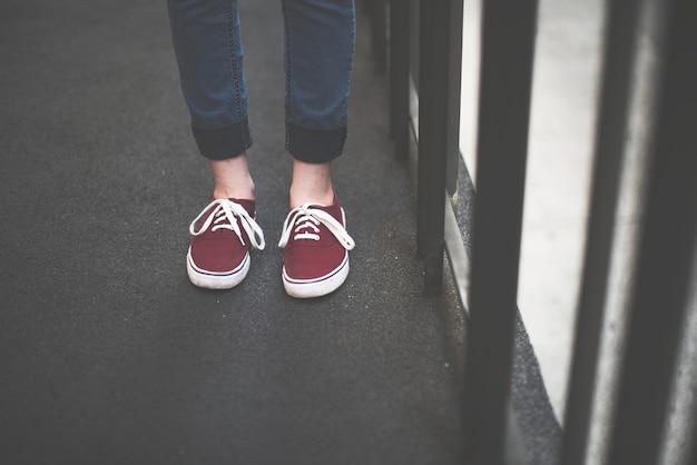 赤い靴の女性
