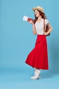 Женщина в красной юбке весело туризм путешествия образ жизни