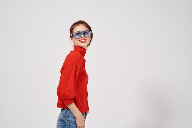 빨간 스웨터 청바지 파란색 안경 측면보기에 여자