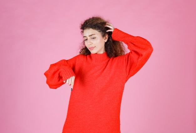 Женщина в красной толстовке дает нейтральные позы.