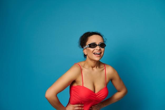 빨간색 수영복과 파란색 배경에 구글 여자