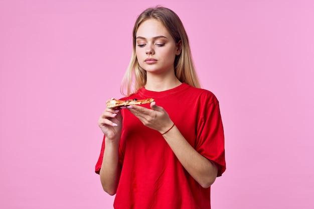 赤いtシャツファーストフードスナックピンクの背景の女性