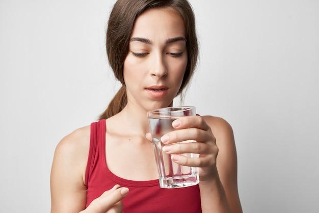 약물 라이프 스타일 치료를 복용 물의 빨간 tshirt 유리에 여자