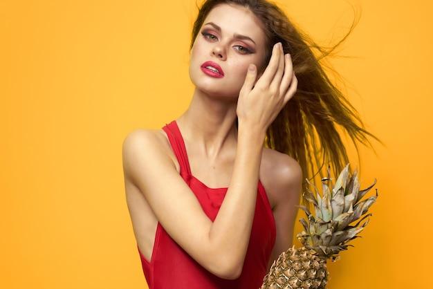 Женщина в красной футболке ананас экзотических фруктов