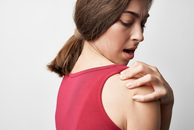 赤いtシャツの問題の女性関節炎治療健康問題