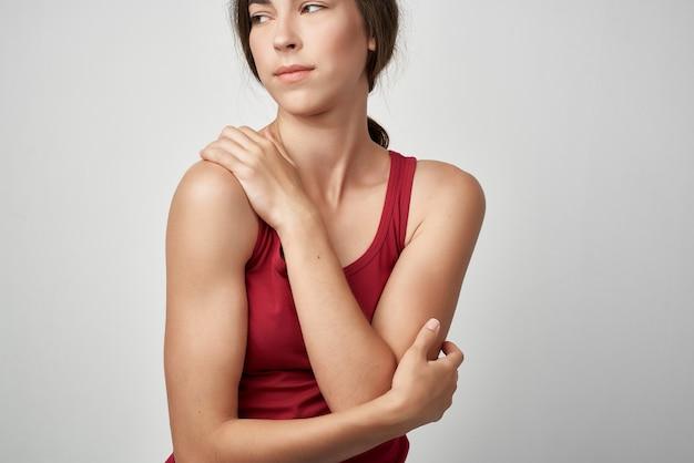 赤いtシャツの女性トラウマ健康問題感情医学