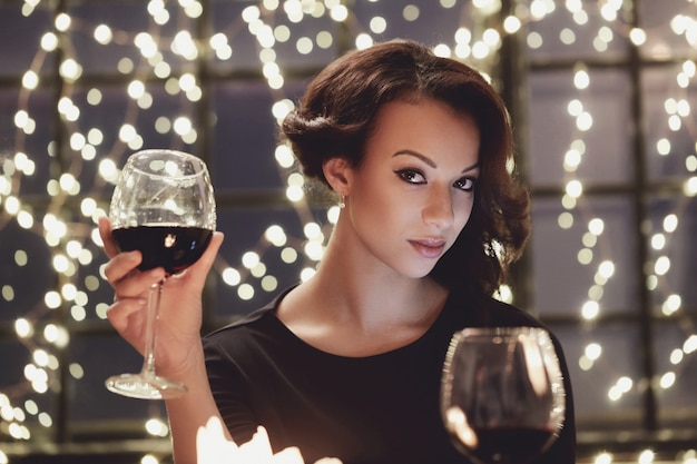 ワイングラスを持ってレストランの女性
