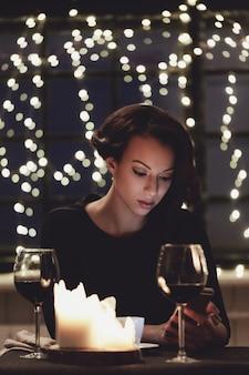 スマートフォンを使用してレストランの女性